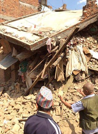 Lalitpur, het huis van een gezin met een blinde vader kon helaas niet alle gezinsleden redden. Een paar maanden oude baby is gestorven onder het puin.