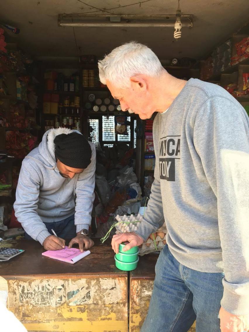 Karel koopt levensmiddelen voor Baby Life Home namens stichting Mina.