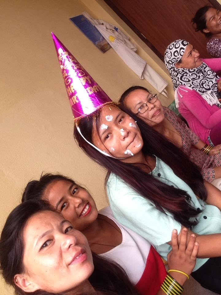 Manju wordt verrast voor haar verjaardag door vriendinnen van Hatti Hatti.