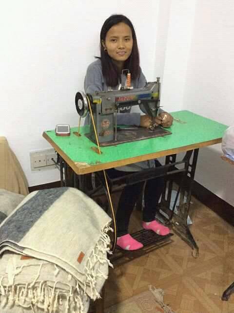 Manju achter haar eigen naaimachine aan het werk voor Puur Nepal.