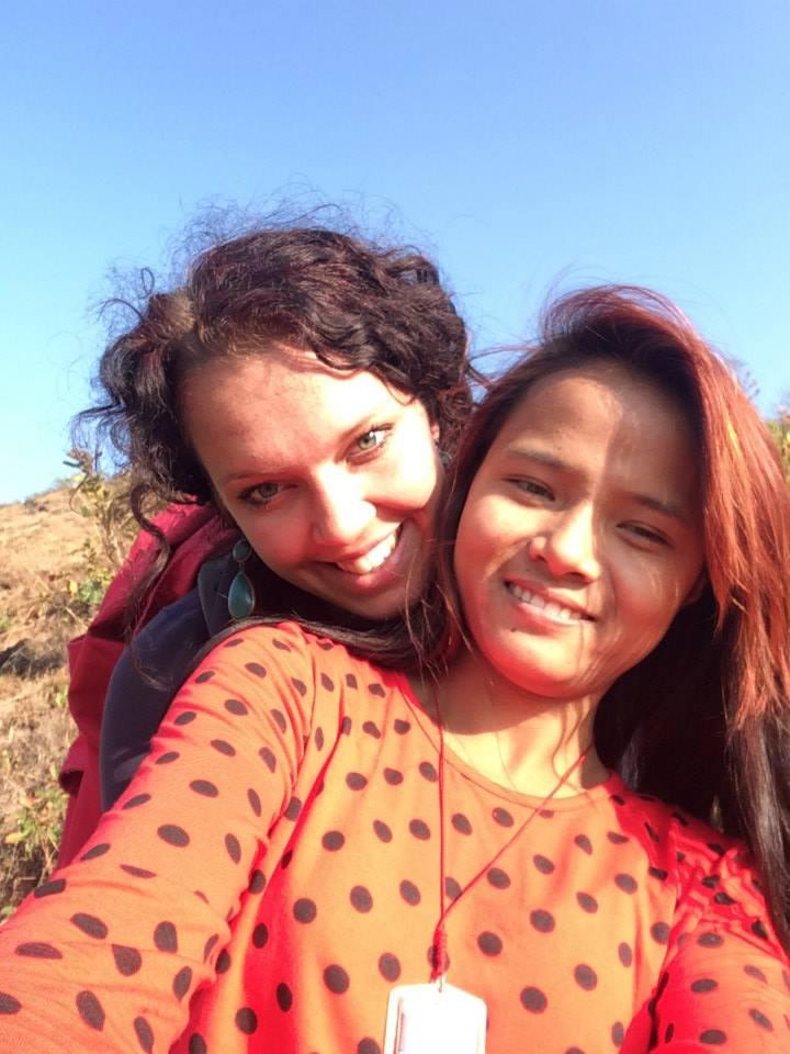 Manju en Anouk tijdens de wandeling naar het huis van haar familie in Kavre.