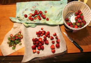 preparing strawberries to freeze