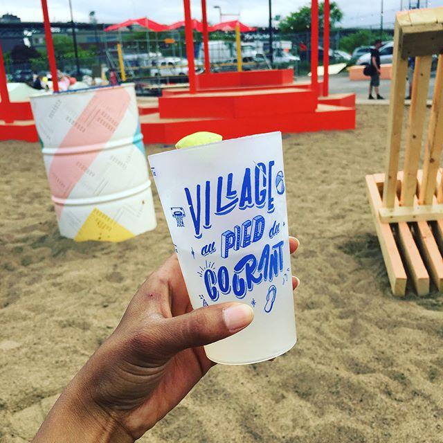 Un vent d'été souffle sur Montréal ! Le Village au @piedducourant ouvre ses portes demain ! Comme chaque année, je ne pouvais refuser l'occasion de siroter une limonade 🍹, les pieds dans le sable 🏝, en profitant de la vue imprenable sur le #pontjacquescartier 🎡 . Beaucoup d'installations cette année pour se poser entre amis et discuter. Définitivement LE place to be de l'été ☀️