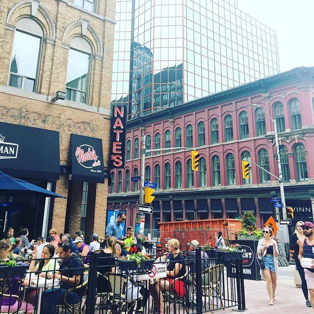 On profite du long week-end pour faire un court séjour à la capitale #Ottawa.  On en profite tant qu'il ne pleut pas☔️ Et vous, quoi de beau pour le week-end ? . #street #Canada #frenchblogger #instalike #montrealblogger #mtl #mtlblogger #instamoment #ottawatourism  #maviedexpat #frenchexpat #mavieamontreal