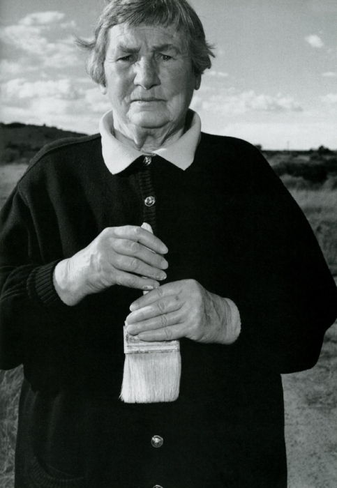 Agnes Martin, photographed by Mary Ellen Mark, a few years after I visited her. © Mary Ellen Mark. Used with permission of Mary Ellen Mark Studio/Library.