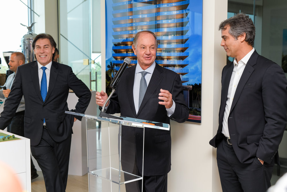 Dr. José Isaac Peres addresses guests, with Edgardo Defortuna and Marcelo Kingston