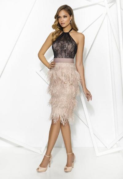 Una linda falda con plumas. Simula unos flecos y resulta elegante y divertido.