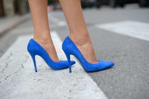 Los stilettos en tonos neutros son considerados unos básicos del guardarropa. Tenerlo en colores en darle un toque de personalidad a tu outfit.