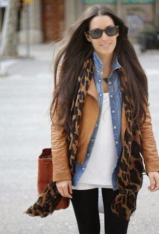 Tres capas: franela, blusa denim y chaqueta (recomendado para climas más frescos). Adicional, una linda bufanda.