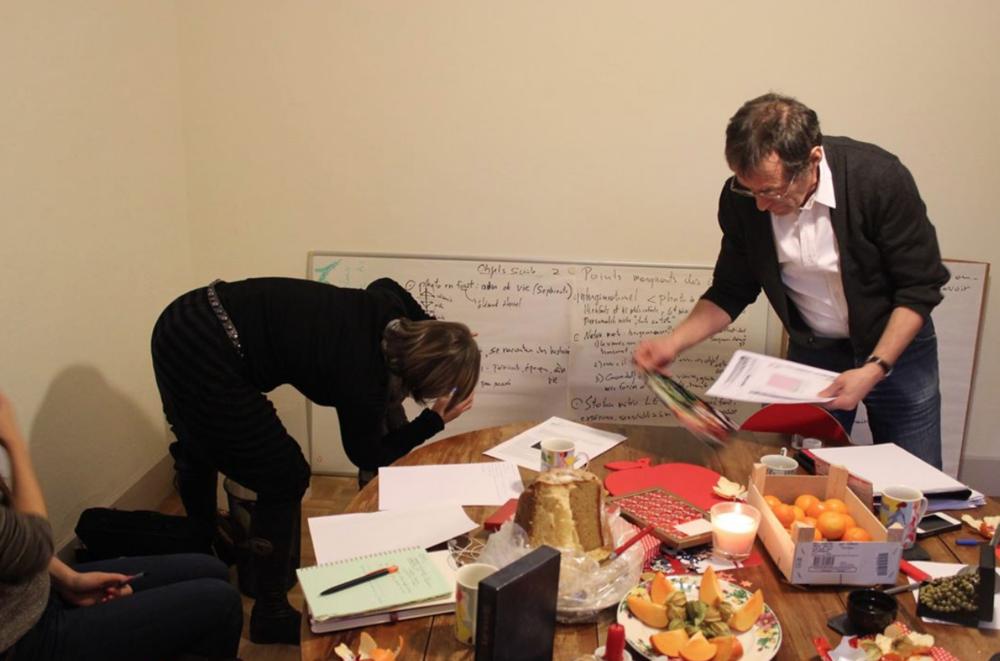 Brainstorming sur un projet commun en salle de réunion.