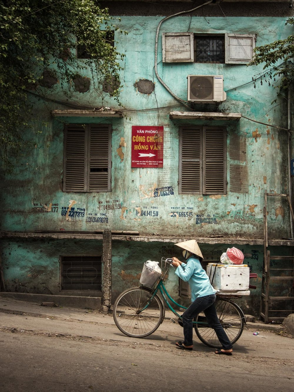 This would probably qualify for pure Street Photography, but is it not rather Travel Photography? (Hanoi, Vietnam)