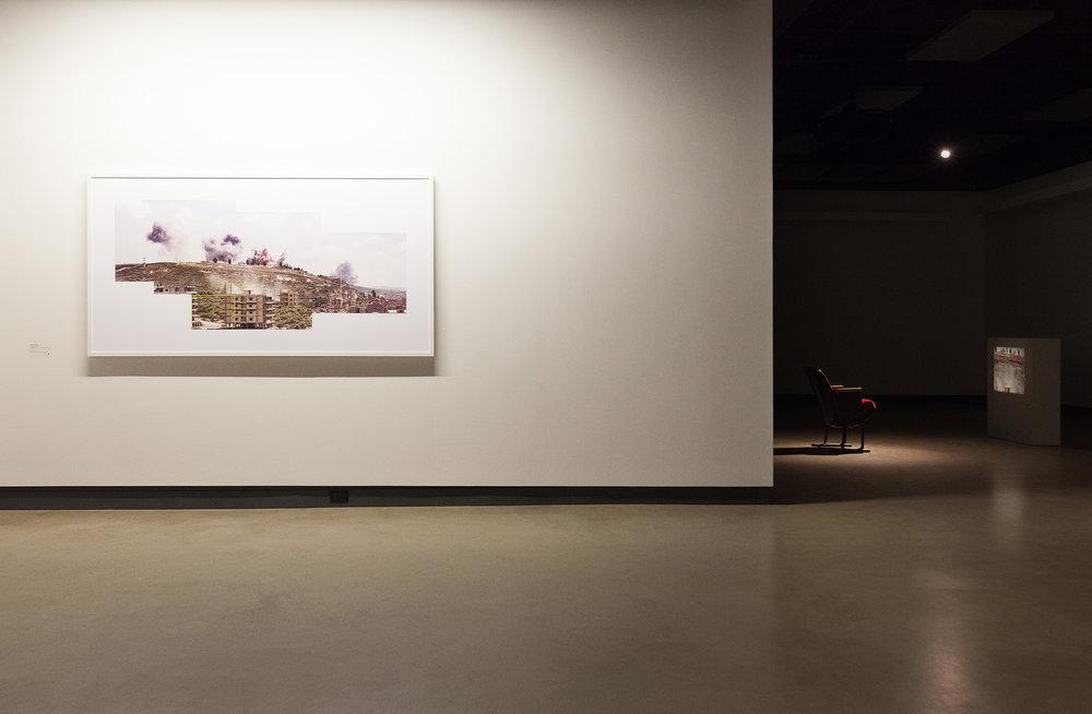 © Akram Zaatari, vue de l'exposition Lettre au pilote qui a désobéi présentée dans le cadre de MOMENTA | Biennale de l'image ― De quoi l'image est-elle le nom? (Commissaire : Ami Barak). Avec l'aimable autorisation de la Sfeir-Semler Gallery (Hambourg, Beyrouth). Photo : Marilou Crispin.