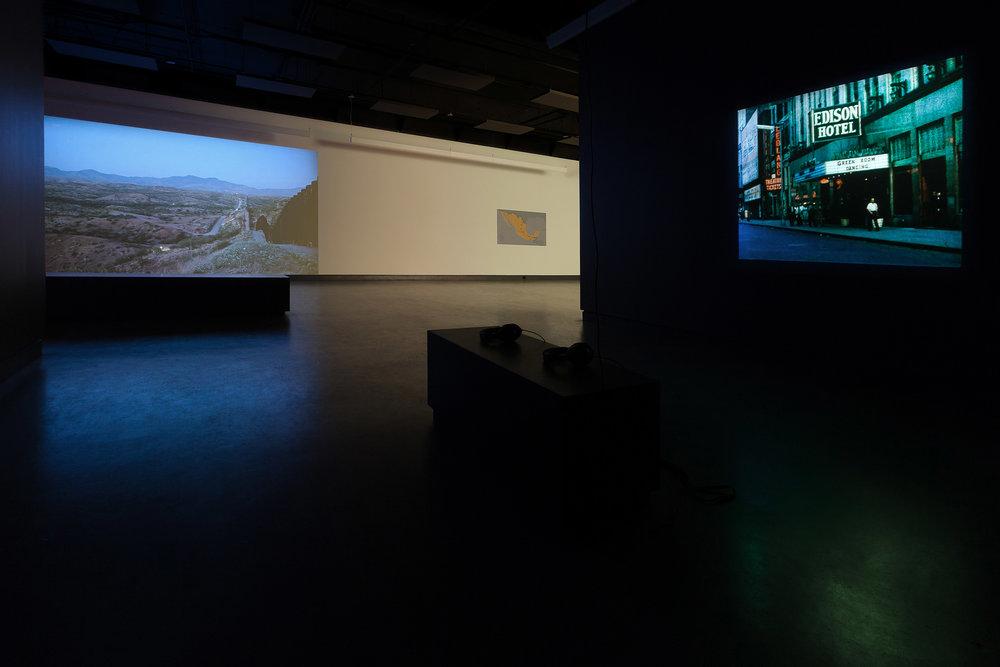 © Vue des installations  Arroyos  de Hubert Caron-Guay (gauche)et  Passages  de Lisl Ponger (droite). Photo : Marilou Crispin.