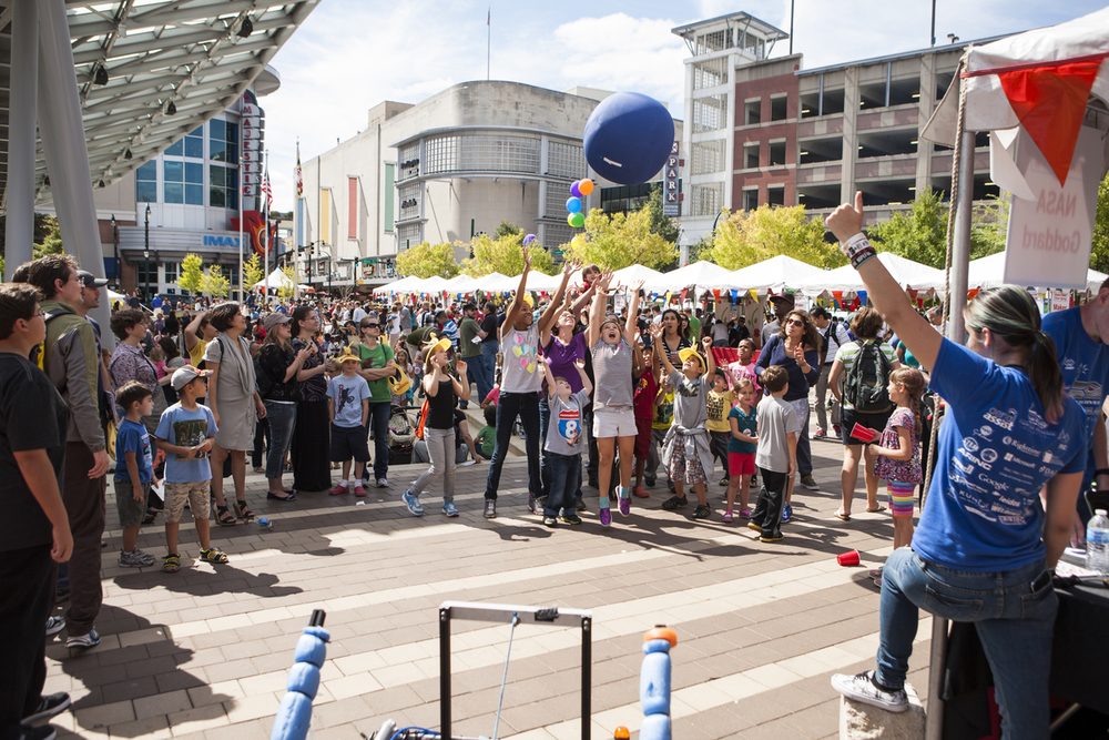 Robot throws ball to kids at Maker Faire