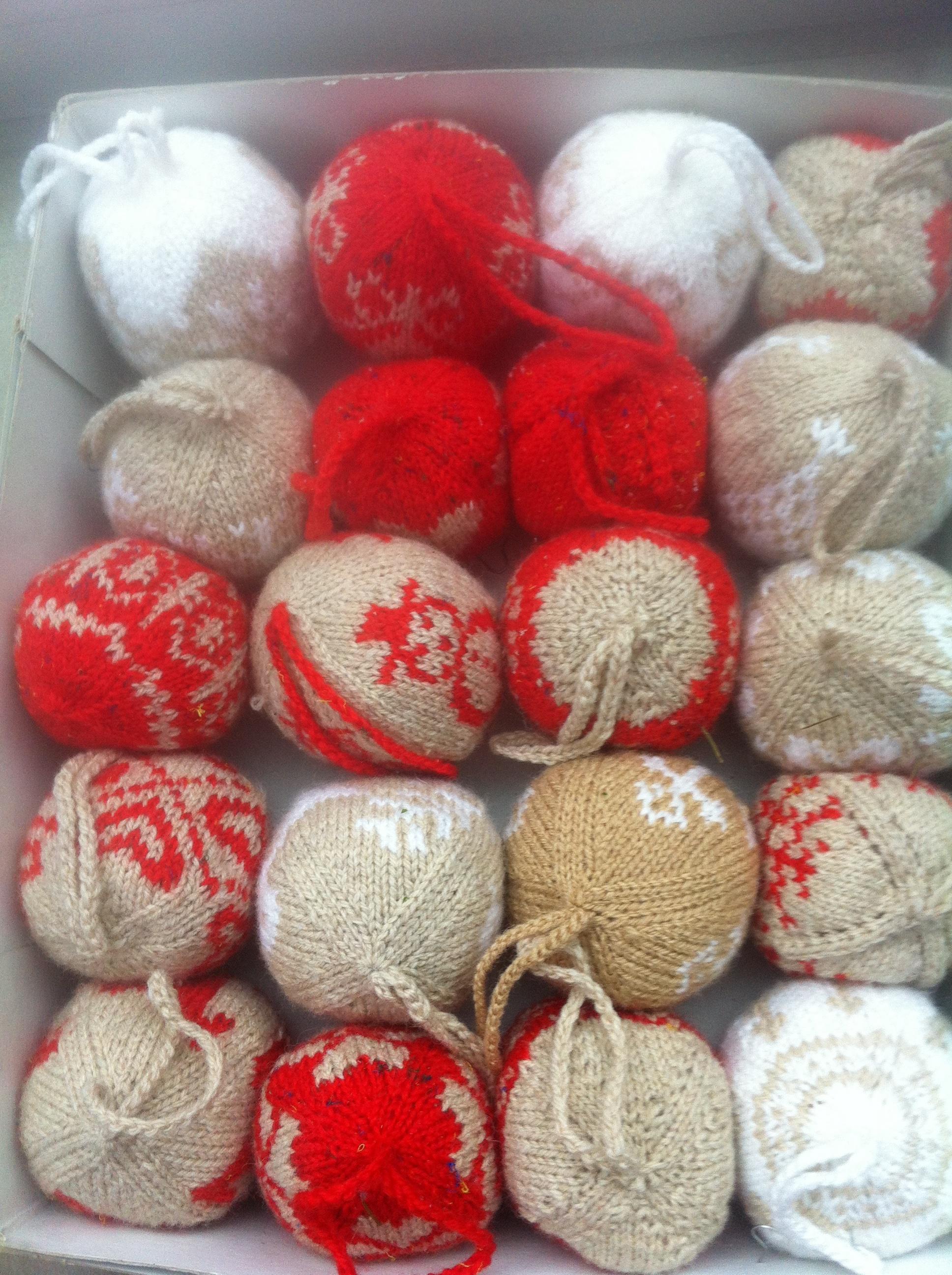 zelfgebreide kerstbollen