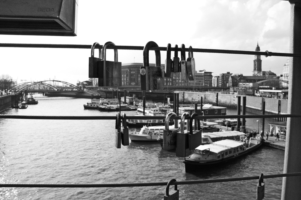 Locks on bridge Hamburg.jpg