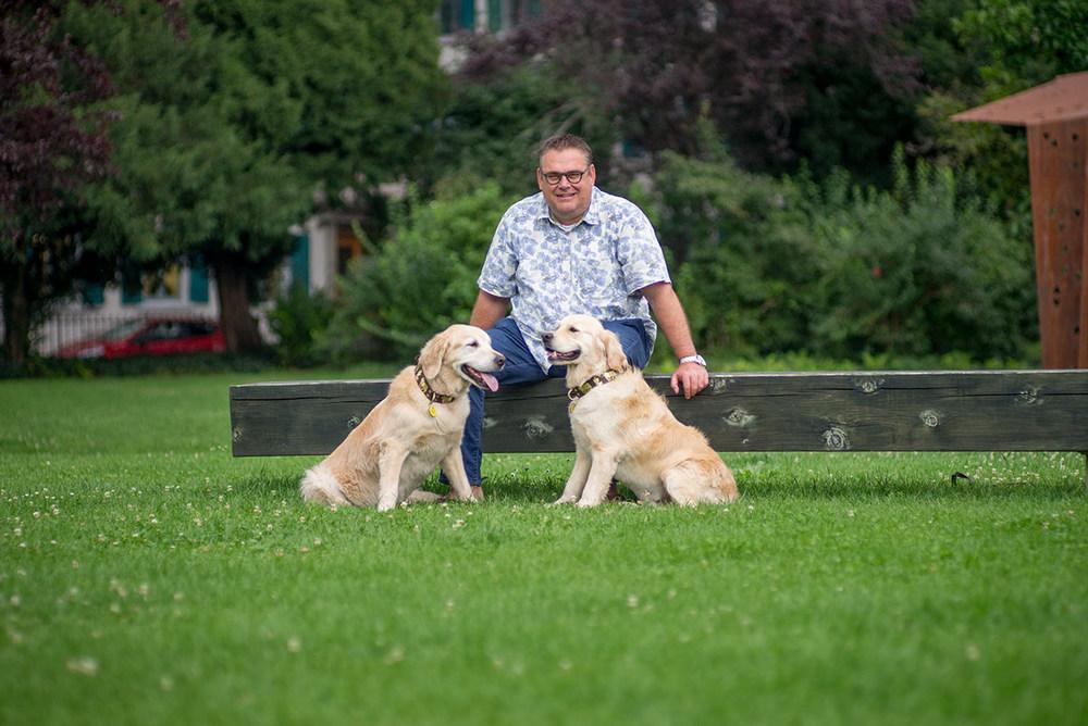 Roy Gerber mit den beiden Therapiehunden Micah und Benaiah