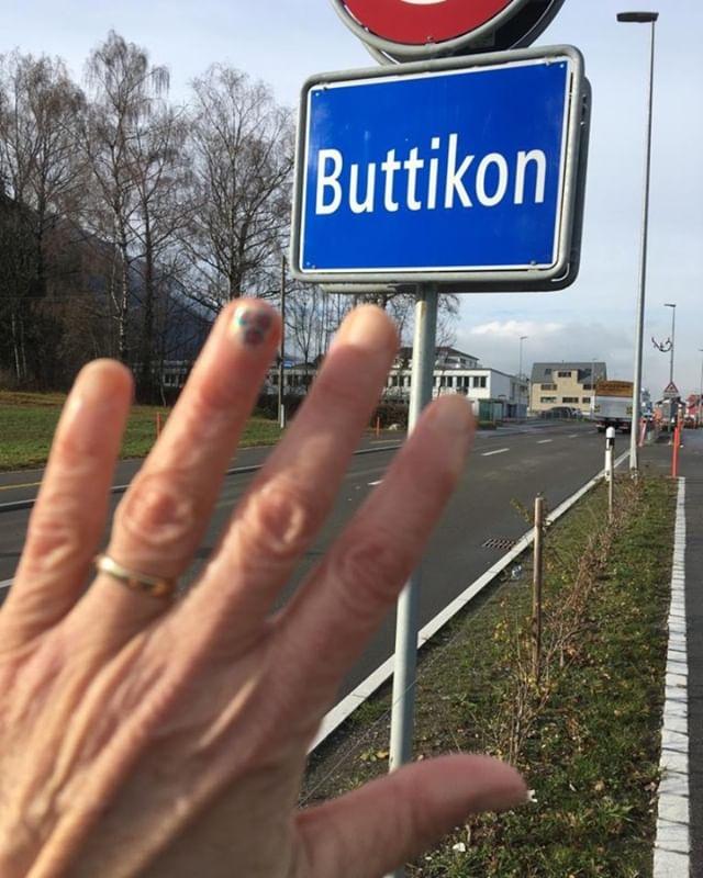 #stoppmissbrauch #kummernummer #nägelmitköpfen #buttikon