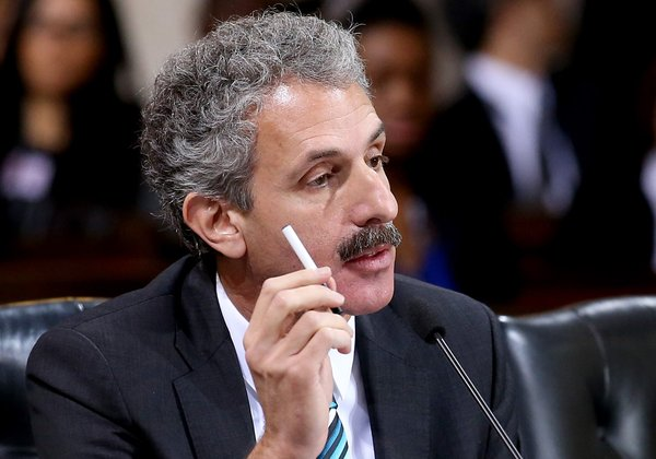 Mike Feuer makes the case against electronic cigarettes before the Los Angeles City Council Image courtesy of the Luis Sinco/LA Times (latimes.com)