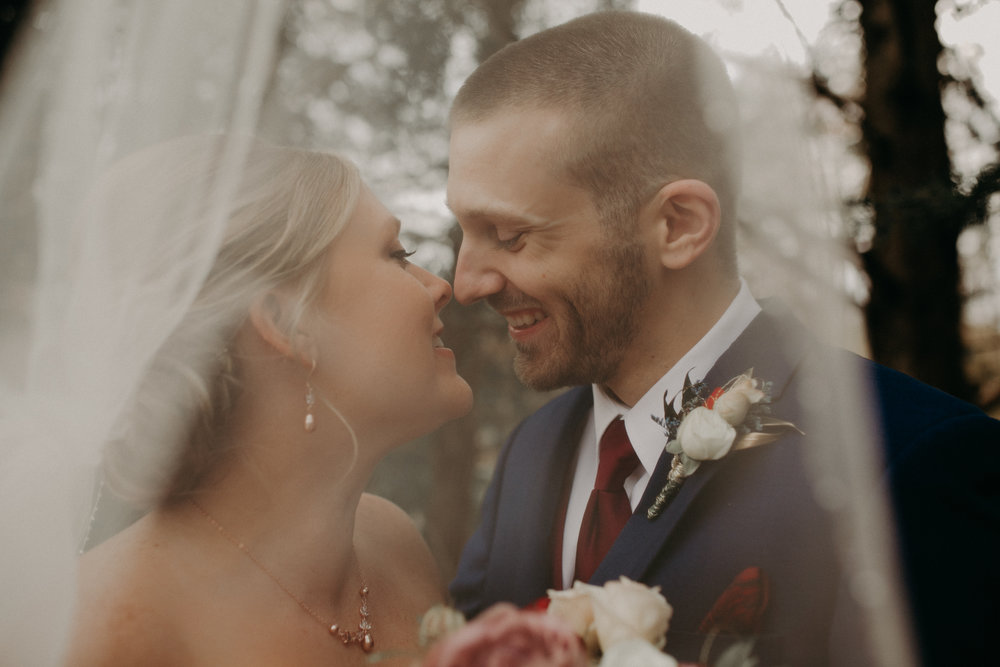 bride-groom-kiss-heritage-park-river-falls