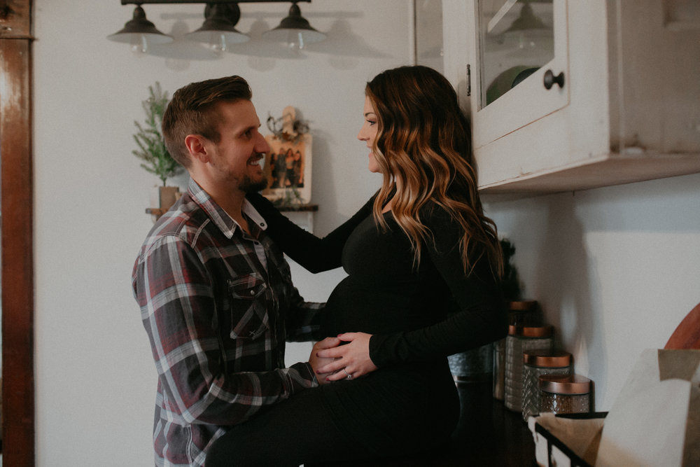 lifestyle-in-home-maternity-session-couple-wisconsin