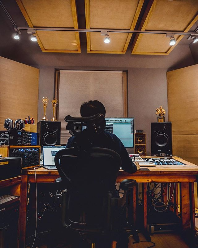 I know I haven't been posting lately. Definitely missing the studio life. Will be coming back with more content very soon. More than ever... . . PS: not my studio and that person is not me. Reminiscent the last time hanging out with 康小白 in Taipei at his By-Pass studio 🙏