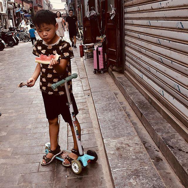 Frango e Melancia. Pense na iguaria! #snapshot #streetphotography #beijing #qianmen #sunday #food #watermelon #chicken #iphone #iphoneography #iphone6s #china #asia — view on Instagram  https://ift.tt/2vjfVQu