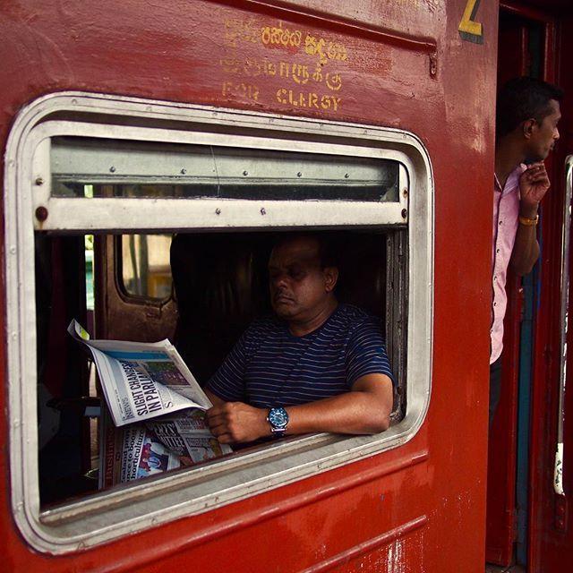 Para o clero, ler jornal e olhar se o monge vem. Essa imagem, a de alguém lendo jornal no trem com o braço pra fora, é tão comum e repetida nas estações do Sri Lanka que a gente até se esquece que podem render boas fotos. Na estação de Kandy, esses senhores se preparavam para as duas horas e meia de viagem, a 60km/h em média, até Colombo. Mais rápido do que de carro. Não é possível dirigir a mais de 40km/h nas estradas do país. De qualquer maneira, bem menos emocionantes sem os tuktuks no meio do caminho. #sri_lanka #snapshot #train #trainstation #reader #newspaper #fortheclergy #clergy #red #southasia #asia #subcontinent #railway #kandy #travelphotography #micro43rds #microfourthirds #olympus #olympusomd #em5 #lumixlens — view on Instagram  https://ift.tt/2mhWvGX