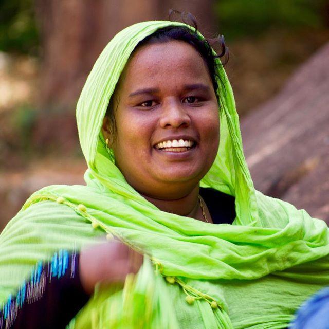 Que sorriso bonito! Apesar do proselitismo das vertentes wahhabistas com suas vestimentas pretas, ainda é possível encontrar muçulmanas com roupas de um colorido impressionante no Sri Lanka. Essa moça, por exemplo, divertia-se com o vento jogando o véu verde para os lados e era só sorrisos.   #portrait #lady #girl #srilankan #srilanka #sri_lanka #muslim #veil #green #smile #southasia #subcontinent #asia #islamic #microfourthirds #micro43rds #microfournerds #olympus #olympusomd #omd #em5 #lumixlens — view on Instagram  https://ift.tt/2tSpLIt