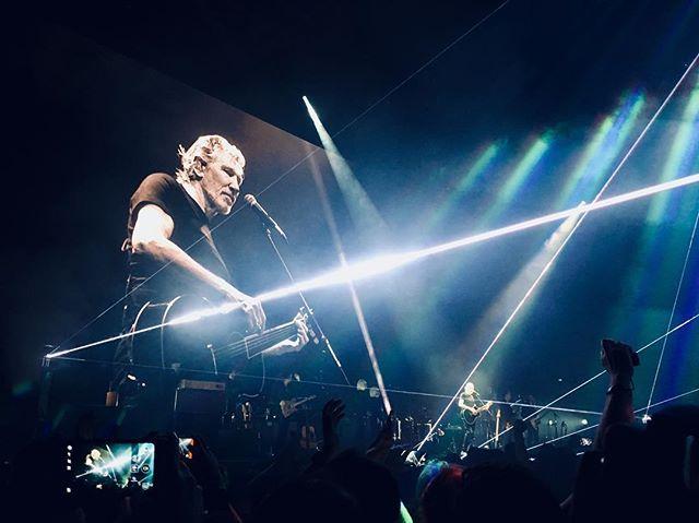 Toca nada, esse senhor. #RogerWaters #barcelona #tour #concert #pinkfloyd #iphoneography #iphone6s #iphone #resist — view on Instagram  https://ift.tt/2EMwXs3