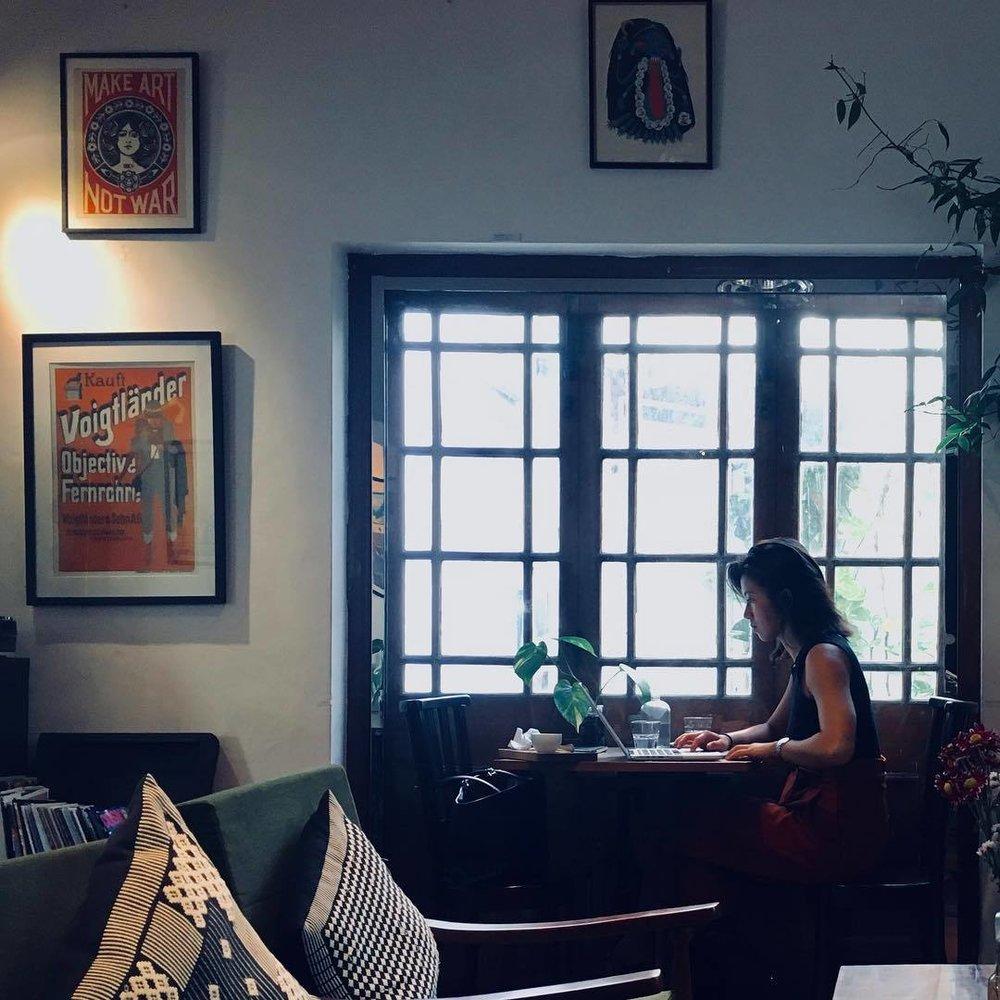 Snapshot. Make art not war -café. #streetphoto #streetphotography #snapshot #cafe #blackcatcafe #colombo #wifi #internetcafe #lazyday #iphone #iphoneography #iphone6s  (at Black Cat Café + B&B)