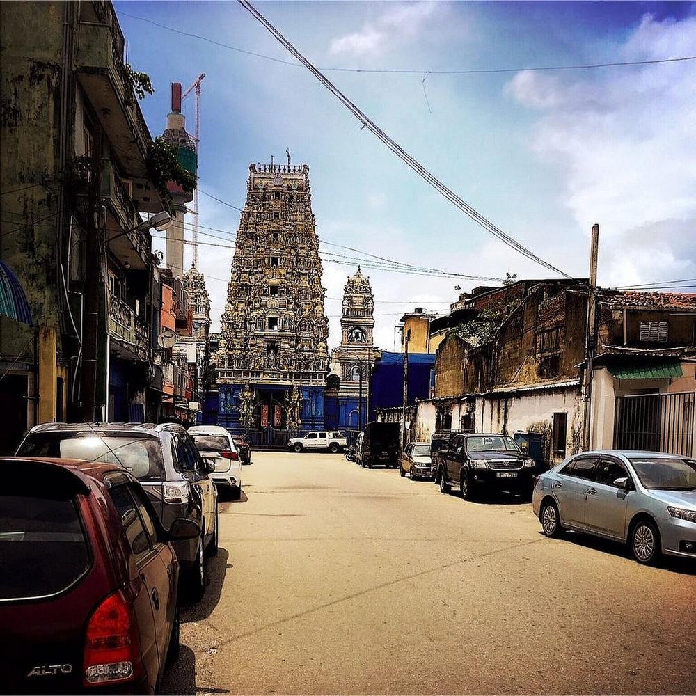 E ao fim de uma rua qualquer de Colombo #Hipstamatic #jane #irom2000 #colombo #streetphotography #ceulon #sri_lanka