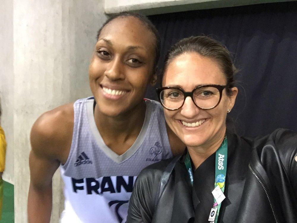 Mary est venue nous soutenir lors des quarts de finale contre le Canada! C'est une femme en Or!