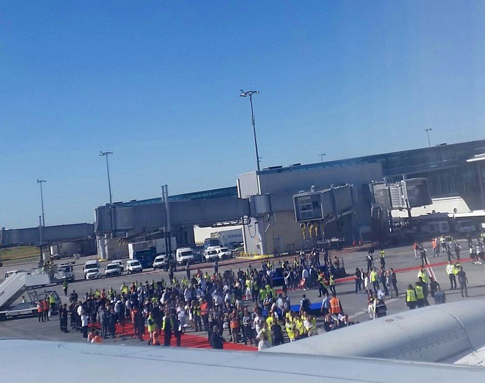 À notre arrivé en France, sur le tarmac, un tapis rouge nous attendait orné de part et d'autre du personnel d'Air France et de journalistes.