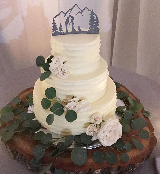 Beautiful cake for a Colorado couple ❄️🏔🐾 florals by @amandaveronee •#youmaykristabride •#brittanymeadeevents •#bMe •#weddingplanning