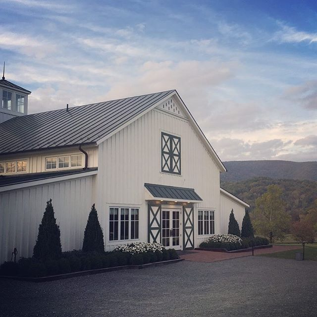 One of my favorite venues for a vineyard wedding 🌿🍷🐎 I may be a bit partial though 😉 • • • #bMe #brittanymeadeevents #virginiaweddings #kingfamilyvineyards #winewednesday #weddingplanner #polomatch