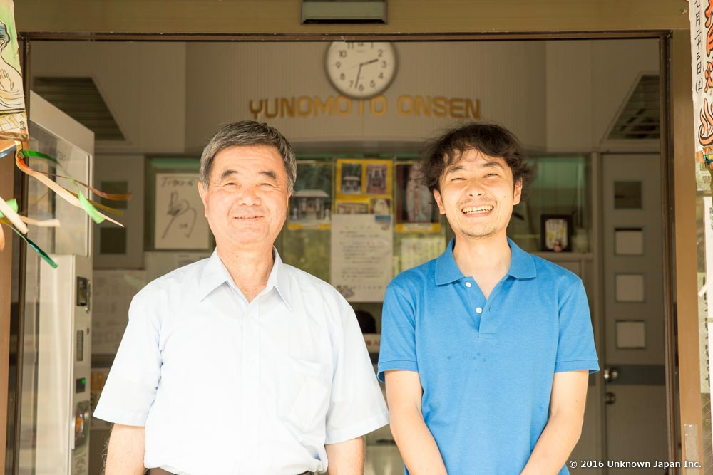 At the entrance, with the CEO of Yunomoto Onsen Inc. Kazunori Niimura