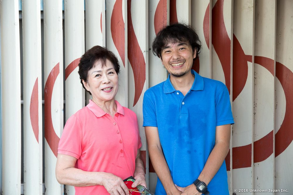 With the owner Taeko Shinbori, in front of the big onsen mark (♨) painted on the building