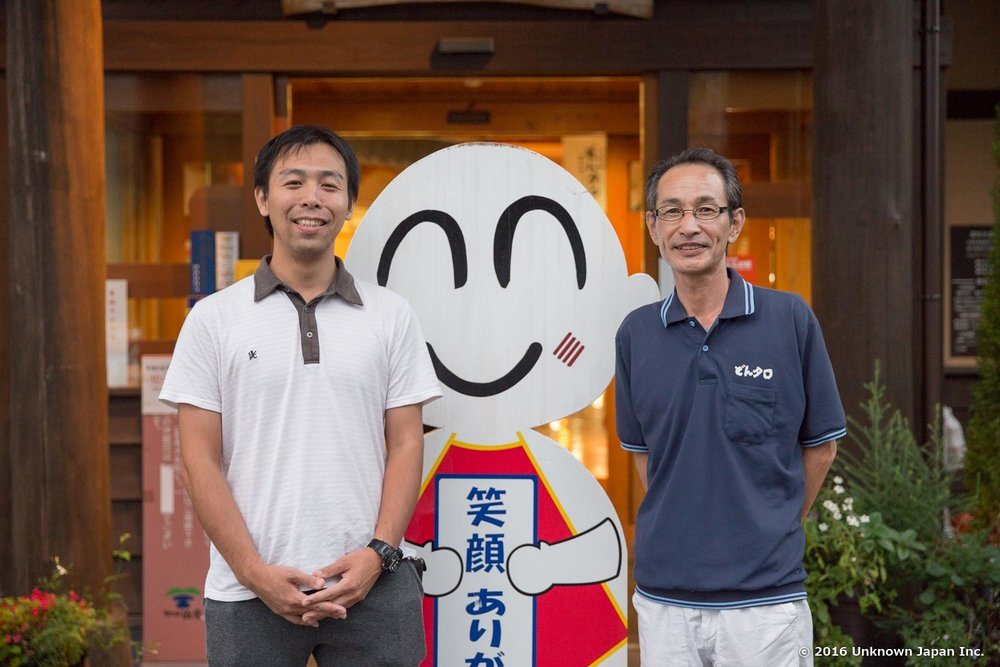 With an acting manager Toshihiro and the mascot Dontarō, in front of the entrance