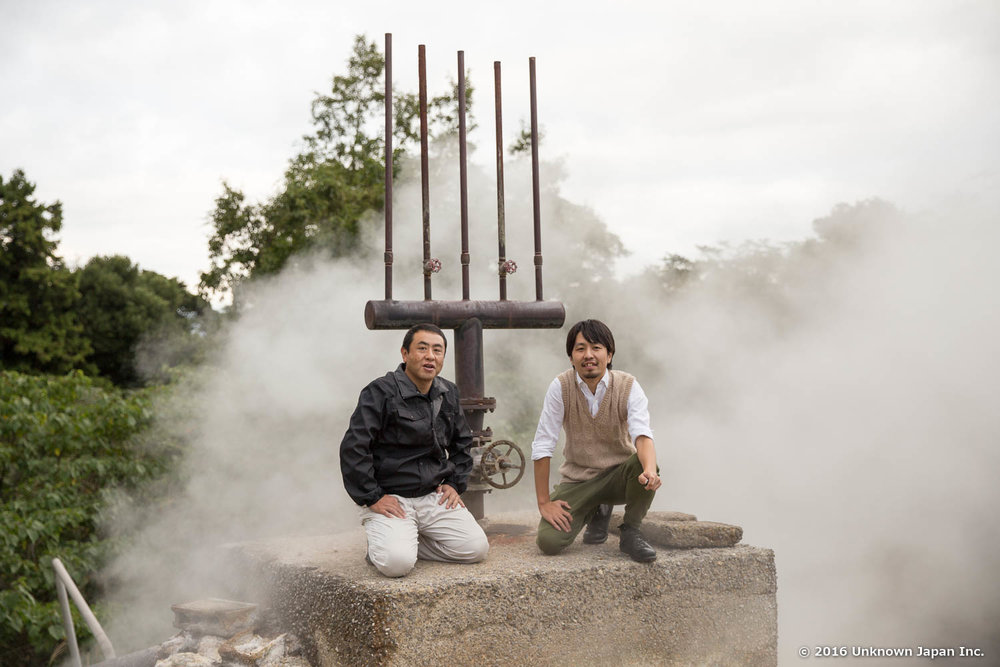 With the owner Katsuhito, in front of a silencer built on the hot spring source