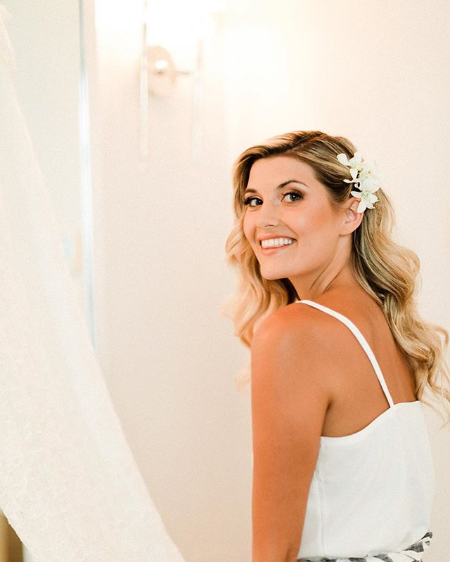 ✨I can't believe it's already Friday again! Happy ALOHA Friday from Maui Wowie 🌈 This beauty, Zoe, was a stunner bride with a classic Hollywood wave look & white orchids for the perfect hawaiian twist!✨ . . . Who else feels like time flies by most around the holidays and can't keep up?! 🙋🏼♀️🙋🏼♀️🙋🏼♀️ . . . //Hair & MU @breerubinhair // Venue @sugarbeachevents // Photo @thefernsphotography // styled @biolage // Florals @thefloralette . . . #maui #breerubinhair #bridetobe #engaged #holidays #mauiwedding #mauibride #mauimakeupartist #mauihairstylist #bohowedding #bohohair #weddinghair #hairstyles #hairinspo #lahaina #wailea #sugarbeachevents #theknot #beyondtheponytail #bride #weddingdress #weddingwire #hawaii #bridalmakeup #bridalhair #weddingday #friday #aloha #hairgoals