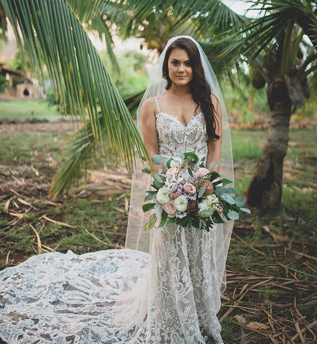 A L 🌴 H A Friday Friends!! ✨ I feel so lucky to live on Maui and beautify brides every day for a living! My favorite part~each bride is a unique individual, at a different location, with a different story ✨ . . . Spreading LOVE & ALOHA around the world today to people near and far 💚 . . Who else loves traveling on site to do hair/makeup?! 💄👄 . . . Photography @mauimakaphotography // Bride @_courtneycox // Hair + MU @breerubinhair// Venue @punakeapalms . . . #maui #breerubinhair #mauimakeupartist #mauihairstylist #bridalhair #bridalmakeup #weddinghair #weddingmakeup #mauiwedding #hairinspo #makeupinspo #bride #beautyblogger #weddinginspo #theknot #weddingwire #mauibride #weddingday #boho #bohobride #engaged #love #friday #paradise #beachwedding #tropicalvibes #beauty #hawaii #lahaina #wailea