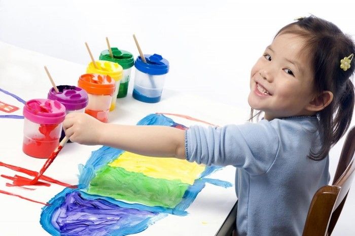 Bilingual-kindergarten-child-painting-with-lots-of-colours-e1421274252858.jpg