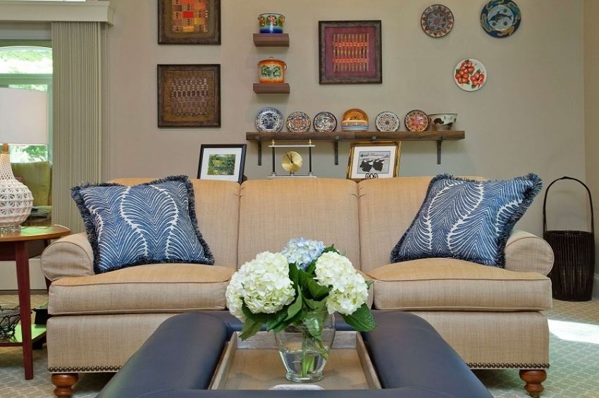 art-wall-accent-pillows-blue-accents-family-room