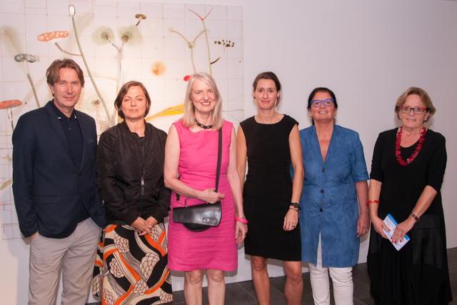 Gruppenbild mit Künstler, von links nach rechts: Piet Warffemius aus Den Haag, Angela Holzhauer, Kulturjournalistin aus Hamburg, Künstlerin Sigrid Neuwinger aus Duisburg und die Borkener Veranstalterinnen Alessandra und Jacqueline Kettelhack sowie Gerda Siebelt.