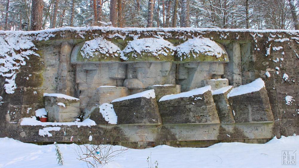 A Memorial Grave to the Defenders of Jurmala.  Jurmala Müdafaacılarına adanmış anıt mezar.