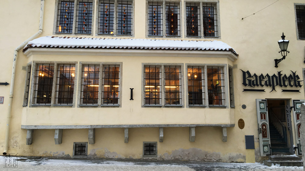 The Town Hall Pharmacy (Raeapteek) dates back to 15th century and it operates since then!  Bu eczanenin tarihi 15nci yüzyıla kadar uzanıyor ve o zamandan beri de çalışıyor!