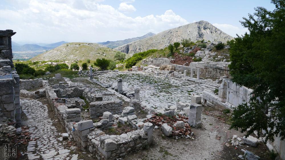 Reaching the Lower Agora from up /  Aşağı Agora'ya yukarıdan ulaşım