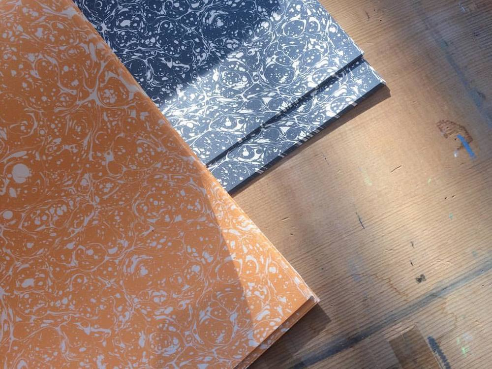 Charcoal Blue & Light Orange for todays #marbledmonday Printed in collaboration with @jemmalewismarbling. Perfect for #giftwrapping #bookbinding #decorativeboxes #papercraft #origami