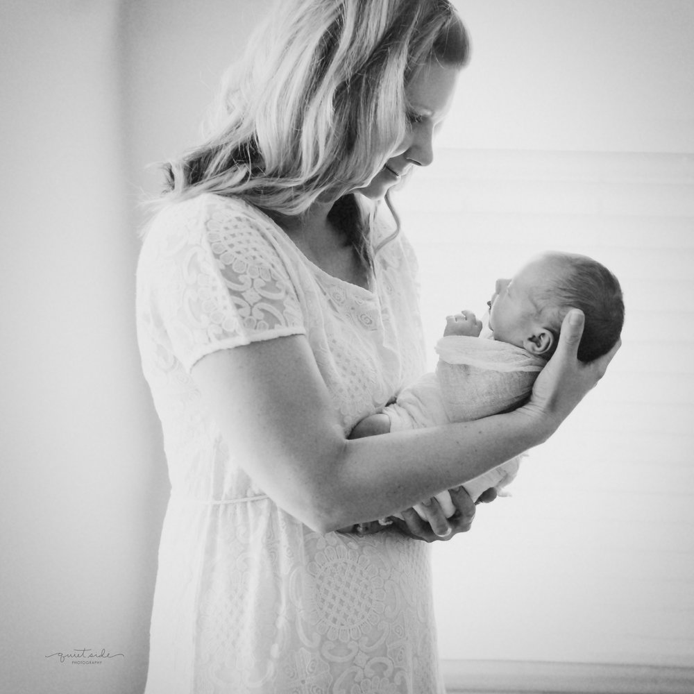 quietsidephotography-newbornphotographer-Purcellville, VA- Gittingsnewbornsession-simplenewborn-motherhood-momandbaby6.jpg